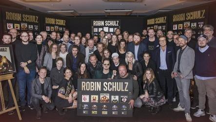 Bei der Edelmatell-Party im Elbdeck: Robin Schulz (vorne Mitte, mit Sonnenbrille) inmitten seiner Gratulantenschar von Warner Music und WePlay Music um Bernd Dopp (7. von rechts) und Stefan Dabruck (9. von rechts) (Bild: Katja Ruge)