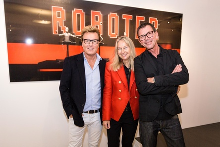Bei der Eröffnung der Ausstellung (von links): Bernd Dopp (Chairman & CEO Warner Music Central Europe), Galeristin Flo Peters und Fotograf Peter Boettcher (Bild: Warner Music)