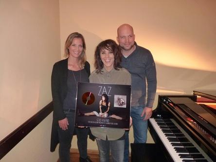 Bei der Gold�bergabe (von links): Anna Mendt (Brand & PR Manager Warner Music Austria), Zaz und Franz Pleterski (Marketing Director Warner Music Austria) (Bild: Warner Music Austria)