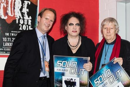 Bei der Preisübergabe in Köln (von links): Stefan Löcher (Lanxess Arena), Robert Smith und Karsten Jahnke (Karsten Jahnke Konzertdirektion) (Bild: Arena Management)