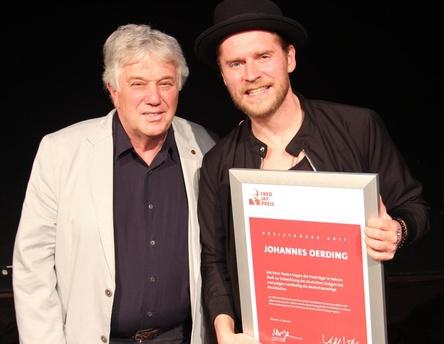 Bei der Preisverleihung 2016: Laudator Rolf Zuckowski (links) und Johannes Oerding (Bild: MusikWoche)