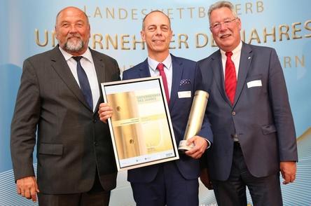 Bei der Preisverleihung im Rahmen eines landesweiten Wettbewerbs für wirtschaftliches Engagement (von links): Harry Glawe (Wirtschaftsminister MV), Jörg Hahn (Geschäftsführer optimal media) und Jörg Lambusch (Präsident der Vereinigung der Unternehmensverbände MV) (Bild: WiMi M-V)