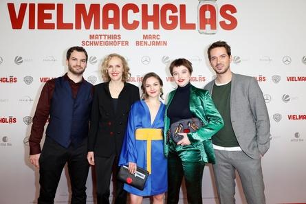 """Bei der Premiere von """"Vielmachglas"""" in Köln: Regisseur Florian Ross sowie die Darsteller Juliane Köhler, Emma Drogunova, Jella Haase und Marc Benjamin (v.l.n.r.) (Bild: Patric Fouad)"""