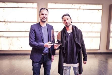 Bei der Übergabe des Awards für die Nummer eins: Joel Brandenstein (rechts) mit Gratulant Mathias Giloth (GfK Entertainment) (Bild: Kai Fichtner)