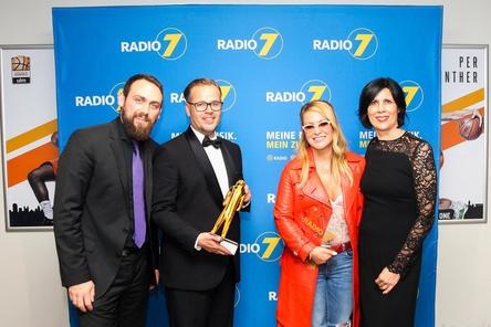Bei der Vergabe des ratiopharm arena Awards (von links): Richard King (ratiopharm arena), Markus Horn (Radio 7), Anastacia und Ursula Schuhmacher (Radio 7) (Bild: Thomas Melcher)