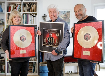 Bei der Verleihung der Auszeichnung: Gotthilf Fischers Managerin Esther Müller, Gotthilf Fischer (Mitte) und Hans Derer (7us media group) (Bild: 7us media group)