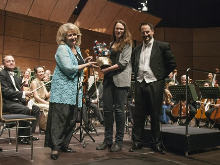 Bei der Verleihung des Awards (von links): Tamara Fiala (Stellvertretende Konzertmeisterin der Münchner Symphoniker) Ramona Madlener (PR bigBox Allgäu/KlassikBox) und Andreas Schüller (Musikalischer Leiter und Moderator des Abends) (Bild: Gerhard Punzet/FH Promotions)