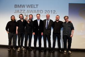Bei der Verleihung des BMW Welt Jazz Awards 2012: Das Mathias Eick Quintet mit BMW-Vorstandsmitglied Ian Robertson (Mitte) und dem Kulturreferenten der Landeshauptstadt München, Dr. Hans-Georg Küppers (3. von rechts) (Bild: BMW AG)