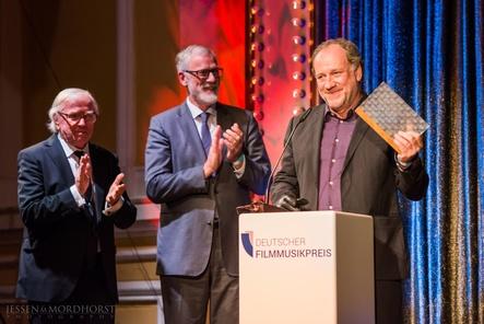 Bei der Verleihung des Deutschen Filmmusikpreises (von links): Vorjahrespreisträger Klaus Doldinger, Kultur- und Staatsminister Rainer Robra, der die Laudatio auf Preisträger Harold Faltermeyer hielt (Bild: Jessen Mordhorst)