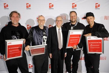Bei der Verleihung des Fred Jay Preises 2016 in Berlin (von links): And.Ypsilon und Thomas D von den Fantastischen Vier, Preisstifter Michael Jacobson sowie Smudo und Michi Beck von den Fantastischen Vier (Bild: Brauer Photos)
