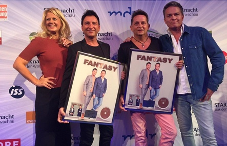 Bei der Verleihung (von links): Moderatorin Barbara Schöneberger, Fredi Malinowski, Martin Hein (beide Fantasy) und Moderator Alfons Haider (Bild: Sony Music Austria)