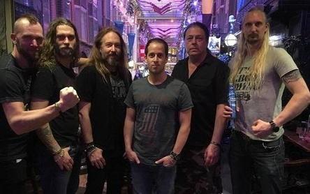 Bei der Vertragsunterzeichnung: Thomas Caser (3. von rechts) von Napalm Records mit der Band Hammerfall (Bild: Napalm Records)