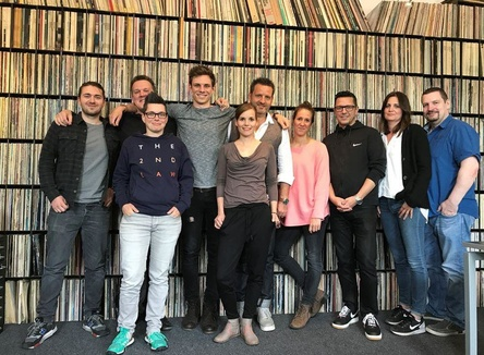 Bei der Vertragsunterzeichnung (von links): Julius Neuhaus (Contra Promotion), Uli Mücke (Labelmanager Roof Music), Dorette Gonschoreck (Roof Music), Tim Kamrad, Karoline Meierling (Labelmanagement Roof Music), Björn Gralla (Geschäftsführer Contra Promotion), Marina Sablic (Medien Roof Music), Anton Heim (Roof Music), Ninja Wegemann (Presse Roof Music) und Axel Wronna (Roof Music) (Bild: Roof Music)