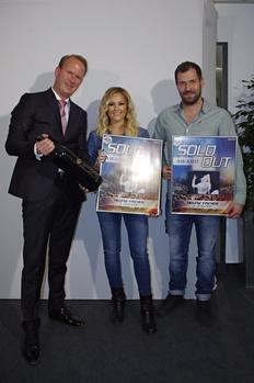 Bei der Würdigung der ausverkauften Kölner Konzertserie (von links): Gratulant und Gastgeber Stefan Löcher (Geschäftsführer Arena Management) sowie Helene Fischer und David Keller (Semmel Concerts) mit ihren Sold Out Awards (Bild: Arena Management )