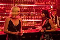 """Bei Saturn und Amazon werden zahllose Filme in Multibuy-Aktionen angeboten, darunter der aktuelle Titel """"Atomic Blonde"""" (Bild: Universal)"""