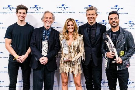 Beim Echo (von links): Wincent Weiss, Klaus Voormann, Helene Fischer, Frank Briegmann und Luis Fonsi (Bild: Universal Music)