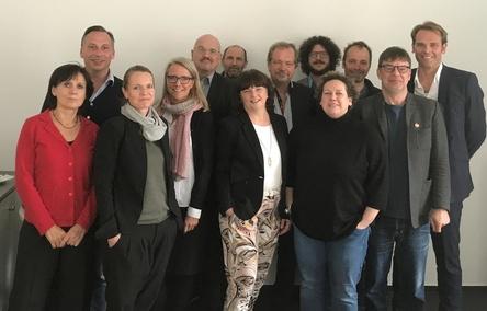 Beim zweiten Vorbereitungstreffen zum Gipfel am 9. Oktober 2017 in Berlin (von links): Sabine Begemann (Deutscher Komponistenverband), Martin Nies (SOMM), Sigrid Herrenbrück (BVMI), Gisela Weber (VDKD), Joachim König (EVVC), Michael Duderstädt (GEMA), Ina Keßler (Initiative Musik), Jens Michow (bdv), Urs Johnen (UDJ), Birgit Böcher (DMV), Karsten Schölermann (LiveKomm), Jörg Heidemann (VUT) und Florian Drücke (BVMI) (Bild: bdv)
