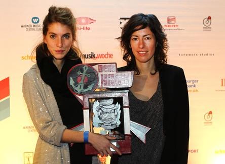 Bereits 2011 erstmals mit dem Hans ausgezeichnet: Valeska Steiner und Sonja Glass (rechts) von Boy mit der Hans-Trophäe in der Nachwuchskategorie (Bild: Public Address, Jan-Timo Schaube)