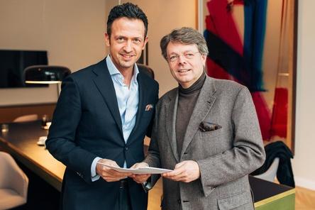 Besiegelten die Zusammenarbeit: Till Brönner (links) und DEAG-Chef Peter Schwenkow (Bild: Chris Noltekuhlmann)