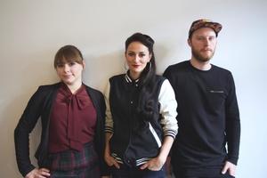 Besiegelten die Zusammenarbeit (von links): Tess Rochholz (AdP Records), Marla Blumenblatt und Sascha Wieland (Marla Blumenblatt Management) (Bild: AdP Records)