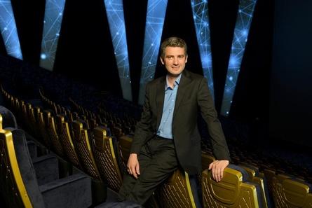 Betreiber Mario Hueber im Imax-Saal des Hollywood Megaplex Pasching (Bild: Christian Scheucher)