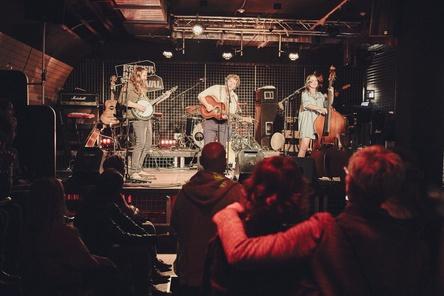Bezeichnen ihr Bandprojekt selbst als Kollektiv: Jona Bird aus Mannheim, hier beim GEMA-Showcase auf dem Reeperbahn Festival 2016 (Bild: GEMA / Sebastian Lindner)