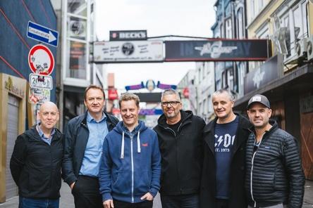 Bilden nun Umbrella Artist Productions (von links): Barry Campbell, Markus Hartmann, Folkert Koopmans, Freddie de Wall, James Cassidy und Ulysses Hüppauff (Bild: FKP Scorpio)