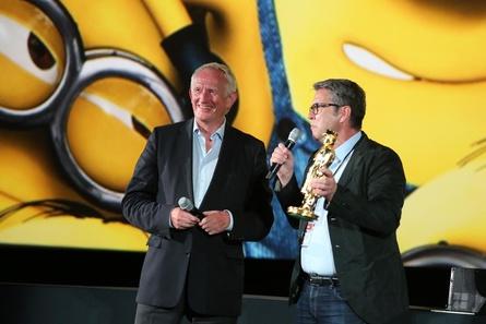 Blickpunkt:Film-Chefredakteur Ulrich Höcherl (re.) überreichte nicht ein, nicht zwei, sondern gleich drei goldene Bogeys an Paul Steinschulte (Bild: Dirk Dobiey/MMmedia )