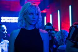 "Charlize Theron in ""Atomic Blonde"" (Bild: Universal)"