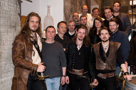 dArtagnan feiern den Musketier-Rock (von links): Ben Metzner (dArtagnan), Thomas Heimann-Trosien (Produzent), Markus Hartmann (Starwatch), Andre Mühlhausen (Sony Music), Erik Jülicher (Starwatch), Felix Fischer (dArtagnan), Sam Bittner (Starwatch), Dirk Hachmann (Sony Music), Eberhard Pacak (Promotion Radio), Alexandra Dörrie (Promotion Print), Tim Bernard (dArtagnan), Philip Ginthör (Sony Music), Thorsten Tutzeck (Sony Music) und Alexander Dimitrov (Promotion TV) (Bild: Sandra Steh)