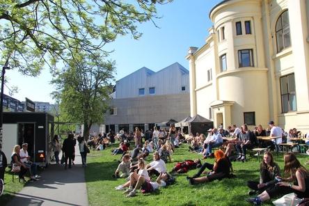 Das gute Wetter in Aarhus ermöglichte auch Open-Air-Meetings: Besucher des Spot Festivals bei den beiden Spielstätten Voxhall und Atlas (Bild: MusikWoche)