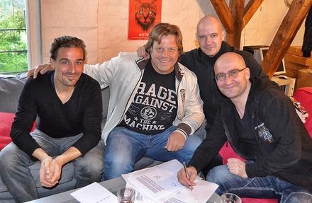 Den Deal besiegelten (von links) M. Stolz (Letzte Instanz), Jochen Richert (Managing Director Soulfood), Holy Loose und Michael Ende (beide Letzte Instanz) (Bild: Artepublica)