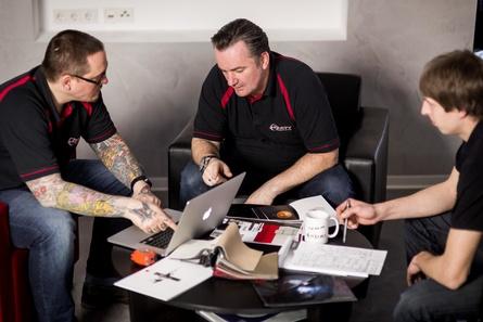 Den Puls an der Technik: Die Mitarbeiter von Schappert sind alle ausgewiesene Filmfreaks (Bild: Christian Auth, Grobi.TV)
