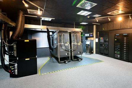 Der Projektionsraum des Imax in Sinsheim mit den beiden Laserprojektoren (Bild: Dietmar Buse)