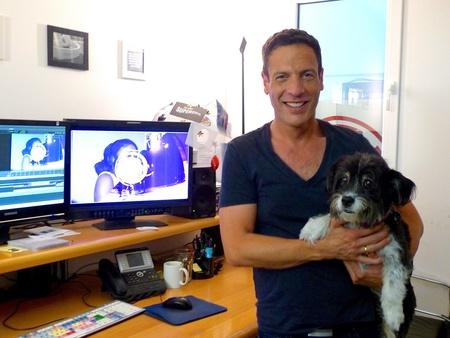 Der richtige Mann für das Format: Moderator Harald Reitinger mit Maskottchen Jeanny the Motown Dog (Bild: MusikWoche)