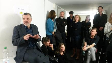 Dialog auf engstem Raum: Die Blockade der Studierenden zwang Ralph Schwingel (l.) und das DFFB-Team in den Keller (Bild: Sabine Sasse)