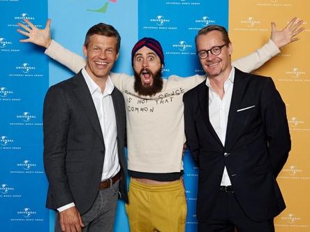 Die Arme hoch: Jared Leto (Mitte) mit den Universal- Spitzenmanagern Frank Briegmann (links) und Dirk Baur (Managing Director Universal Music International) (Bild: Stefan Höderath)