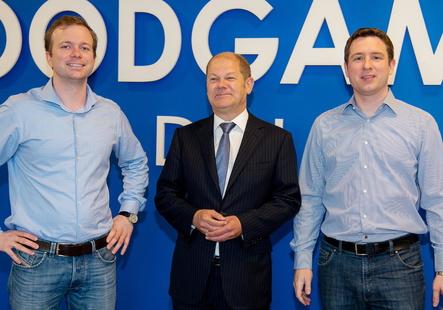 Die Goodgames-Gründer Dr. Christian Wawrzinek (l.) und Dr. Kai Wawrzinek mit Hamburgs Ersten Bürgermeister Olaf Scholz (Bild: Kevin Winiker/Archivbild))