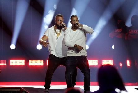 Die mediale Aufmerksamkeit um diese beiden Rapper mag einen Teil der gestiegenen Quoten erklären: Kollegah und Farid Bang bei ihrem Echo-Auftritt (Bild: Andreas Friese/MG RTL D.)