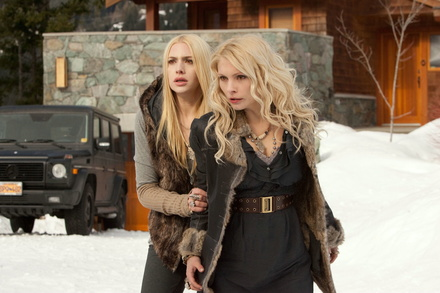"""Die Vampire bleiben top: """"Breaking Dawn - Biss zum Ende der Nacht, Teil 2"""" mit Casey LaBow und MyAnna Buring (Bild: Concorde)"""