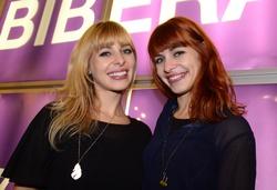 """Die Zwillingsschwestern Monika (Kamera) und Martina Plura (Regie) freuen sich über den Fernsehbiber für """"Vorstadtrocker"""" (Bild: Biberacher Filmfestspiele/Kliebhan)"""