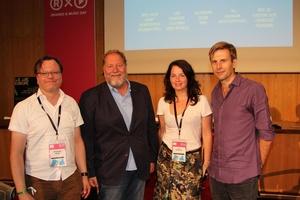 Diskutierten in Köln (von links): Christoph Jacke (Universität Paderborn), Dieter Gorny (Bundesverband Musikindustrie), Pia Hoffmann (Music Supervisor) und Moderator Jan-Hendrik Becker (Bild: MusikWoche)
