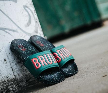 Ein Produkt von Warner und dem Modelabel Chabos IIVII des Rappers Haftbefehl: Die Brudiletten (Bild: Warner Music)