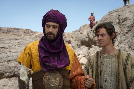 """Endlich Nummer eins: """"Der Medicus"""" mit Olivier Martinez und Tom Payne (Bild: Universal)"""