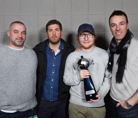Erfolgsteam (von links): Stuart Camp, der als Manager von Ed Sheeran fungiert, Max Lousada (CEO Recorded Music Warner Music Group und Chairman & CEO Warner Music UK), Ed Sheeran und Ben Cook (President Atlantic Records UK) (Bild: John Marshall)