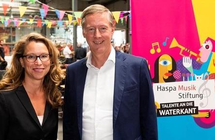 Eröffneten die Geburtstagsparty: Carola Veit (Präsidentin Hamburgische Bürgerschaft) und Harald Vogelsang (Haspa Vorstandssprecher) (Bild: Haspa Musikstiftung)