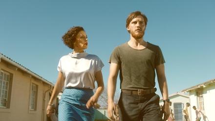 """Erstes Szenenbild aus """"Deutschland 86"""" mit Maria Schrader und Jonas Nay (Bild: Amazon.de/UFA Fiction)"""