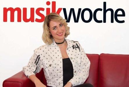 Erzählt auf der MusikWoche- Couch Details zu ihrer ersten Albumproduktion: Madeline Willers (Bild: MusikWoche)