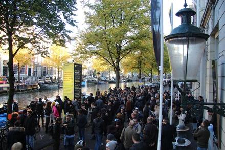 Es war wieder voll vorm Felix Meritis: Fachbesucher des Amsterdam Dance Event an der Kaizersgracht (Bild: MusikWoche)