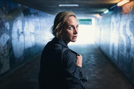 """Estes Szenenbild mit Sophie von Kessel aus """"Du bist nicht allein"""" (Bild: ZDF/Hendrik Heiden)"""